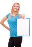 La ragazza dello studente di college della donna tiene la lavagna per appunti con lo spazio in bianco Immagini Stock Libere da Diritti