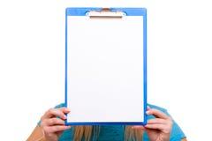 La ragazza dello studente di college della donna tiene la lavagna per appunti con lo spazio in bianco Immagine Stock