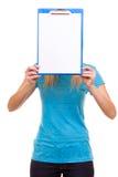 La ragazza dello studente di college della donna tiene la lavagna per appunti con lo spazio in bianco Immagini Stock