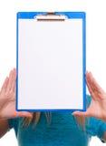 La ragazza dello studente di college della donna tiene la lavagna per appunti con lo spazio in bianco Fotografia Stock Libera da Diritti