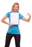 La ragazza dello studente di college della donna tiene la lavagna per appunti ed i punti Fotografia Stock