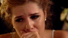 La ragazza deprimente soffre dall'emicrania stock footage