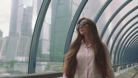 La ragazza di affari con una borsa va nella città video d archivio