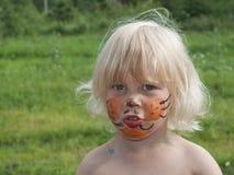 La ragazza di 3 anni con un trucco fotografie stock