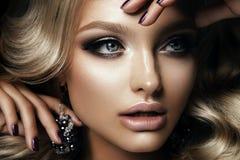 La ragazza di Beautyful con luminoso compone Immagine Stock Libera da Diritti