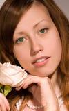 La ragazza di bellezza con è aumentato. fotografie stock libere da diritti