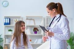La ragazza di controllo femminile del pediatra di medico Fotografia Stock Libera da Diritti