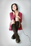 La ragazza di Emo in cuffie ascolta musica Fotografia Stock Libera da Diritti