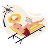La ragazza di estate sulla spiaggia legge Una donna sta trovandosi nelle chaise longue a strisce in un cappello a strisce alla mo illustrazione di stock