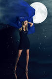 La ragazza di fascino e la luna Fotografia Stock