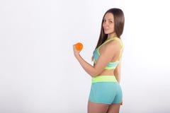 La ragazza di forma fisica, addestramenti attivi con le teste di legno esamina la macchina fotografica immagini stock
