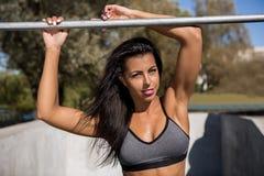 La ragazza di forma fisica all'aperto si esercita Immagine Stock