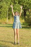 La ragazza di happyl sta ballando in un giardino Immagini Stock Libere da Diritti