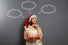 La ragazza di Natale cerca il presente vuoto del contenitore di regalo della tenuta dello spazio della copia, y Fotografie Stock