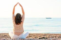 La ragazza di Pilates si è seduta sulla spiaggia Immagine Stock Libera da Diritti