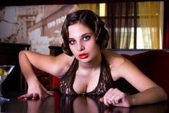 La ragazza di posizione al ristorante Immagine Stock