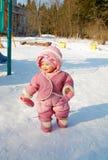 La ragazza di risata su un campo da gioco per bambini Fotografia Stock
