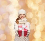 La ragazza di sogno nell'inverno copre con il contenitore di regalo Fotografie Stock