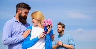 La ragazza di sorveglianza dell'ex partner inizia le relazioni felici di amore Vada oltre dietro Coppie con la data romantica del fotografia stock