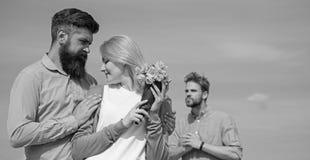La ragazza di sorveglianza dell'ex partner inizia le relazioni felici di amore Vada oltre dietro Coppie con la data romantica del immagini stock