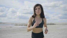 La ragazza di sport sta avendo una maratona stock footage