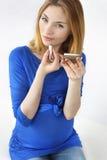 la ragazza dipinge le labbra Fotografia Stock Libera da Diritti