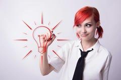 La ragazza dipinge una lampadina dell'indicatore fotografie stock libere da diritti