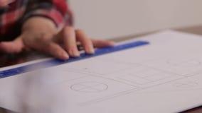 La ragazza disegna un progetto 16 della casa video d archivio