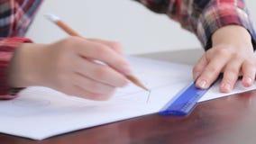 La ragazza disegna un progetto 13 della casa stock footage