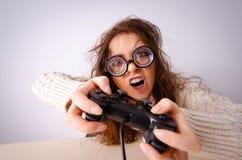 La ragazza divertente del nerd che lavora al computer fotografia stock