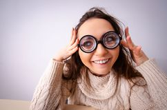 La ragazza divertente del nerd che lavora al computer immagine stock