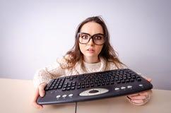 La ragazza divertente del nerd che lavora al computer fotografie stock