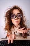 La ragazza divertente del nerd che lavora al computer fotografie stock libere da diritti