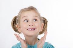La ragazza divertente scherza le mani sorridenti al suo fronte Immagini Stock Libere da Diritti