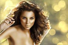 La ragazza dorata con i chiodi dorati Fotografia Stock