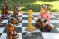 La ragazza e gli scacchi Fotografie Stock Libere da Diritti