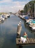 La ragazza e gli yacht di Beautifull si sono messi in bacino in Veere, Zelanda. Fotografia Stock Libera da Diritti