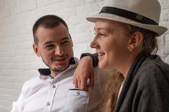 La ragazza e l'uomo si siedono in caffè e comunicano Fotografie Stock
