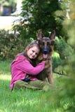 La ragazza e un pastore tedesco Immagine Stock Libera da Diritti