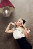 La ragazza e una lampadina immagini stock