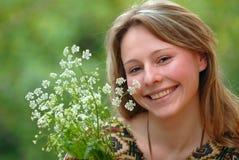 La ragazza ed i fiori Fotografie Stock Libere da Diritti