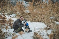 La ragazza ed il cane in canne 2564 Immagine Stock