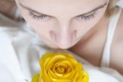 La ragazza ed il colore giallo sono aumentato Fotografia Stock