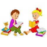 La ragazza ed il ragazzo hanno letto il libro Fotografie Stock Libere da Diritti