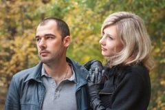 La ragazza ed il ragazzo sono nel parco di autunno Immagini Stock