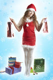 La ragazza ed intorno di esso si leva in piedi molto il regalo Immagine Stock