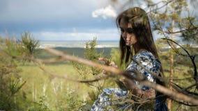 La ragazza elegante sta toccando un ramo video d archivio