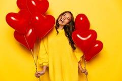 La ragazza emozionante con cuore ha modellato gli aerostati il giorno del ` s del biglietto di S. Valentino Immagine Stock Libera da Diritti