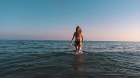 La ragazza entra in oceano archivi video