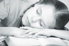 La ragazza era faticosa della preparazione delle lezioni della casa Immagine Stock Libera da Diritti